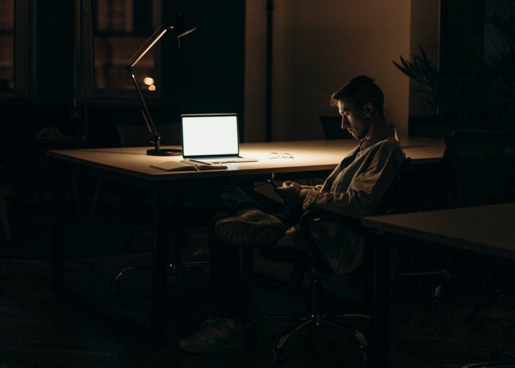 Laptop v noci